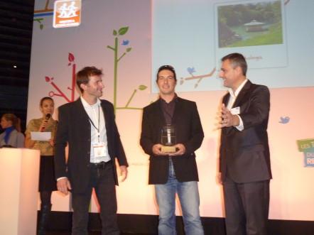 Vincent Brault (à gauche) et Guillaume Beucher (au centre), les cofondateurs d'EcHOlogia, à la remise des Trophées du Tourisme Responsable 2012 © EcHOlogia