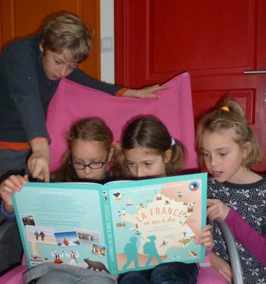 """""""La France en sac à dos"""", le livre du Tour de France à pied pour les enfants © S. Bordji"""
