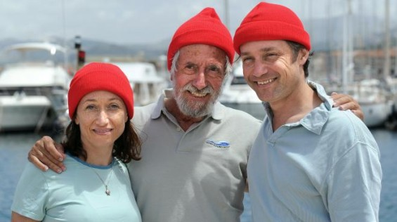 Jean-Michel Cousteau (C), ici avec ses enfants Céline et Fabien, le 11 juin 2010 au large de Marseille. (©GERARD JULIEN / AFP)