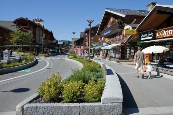 La rue du Centre laisse une large place aux piétons © OT Les Gets