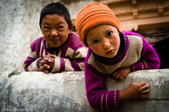 Petit garçon et sa tante (handicapée) dans le village d'Ipti.