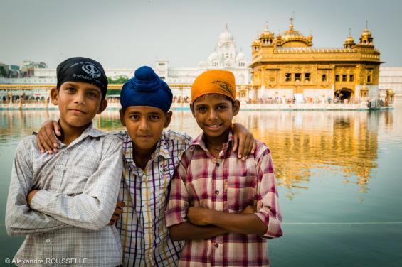 Jeunes posant devant le Temple d'Or à Amritsar.