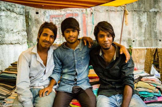 Jeunes vendeurs de vêtements vivants dans un bidonville à Mandi