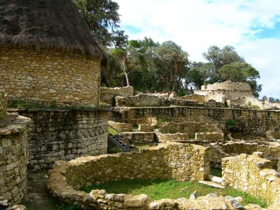Exploration du bien nommé l'autre Machu Picchu, le site de Kuelap