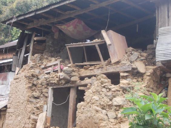 dégats sur une maison au Népal suite au tremblement de terre