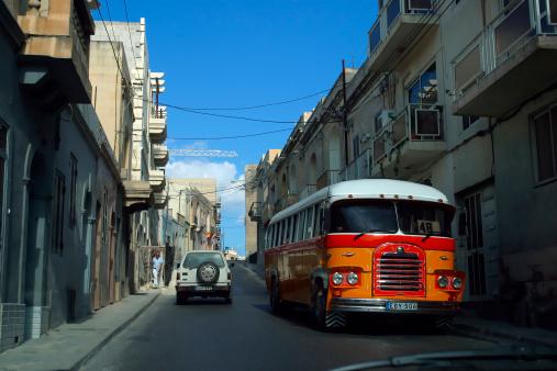 Un vieux bus à Malte sur l'avenue de la Valette