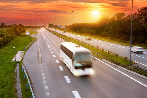 Bus sur l'autoroute au coucher de soleil