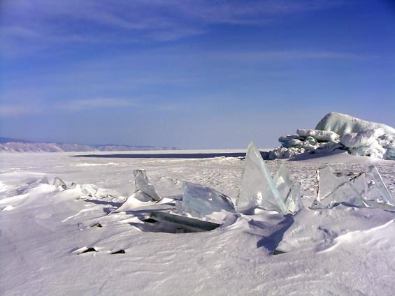 le lac Baîkal pris par les glace