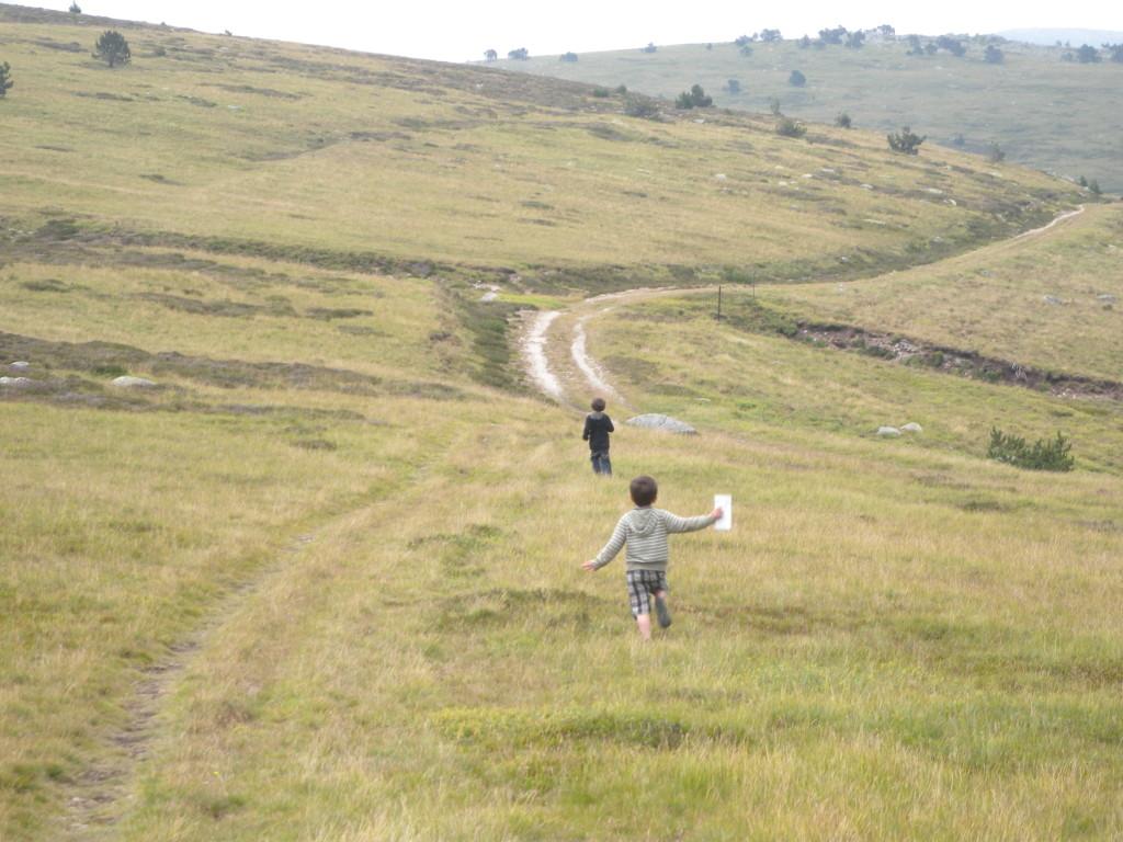 Sur le sentier de Stevenson, 2 enfants courent sur le chemin