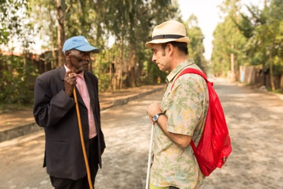 Jean-Pierre Brouillaud face à un vieil homme en Ethiopie