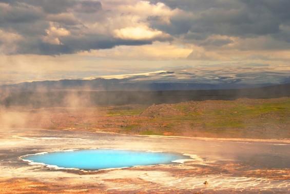 Une source d'eau chaude en Islande, paysage fantasmagorique