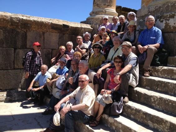 """Sur les marches de la cité antique de Djémila, près de Séftf, lors d'un circuit """"Au coeur de l'Algérie Antique"""". Emmanuel Audrain, cinéaste, avait alors filmé tous ces """"anciens"""" pour son film """"Retour en Algérie"""""""