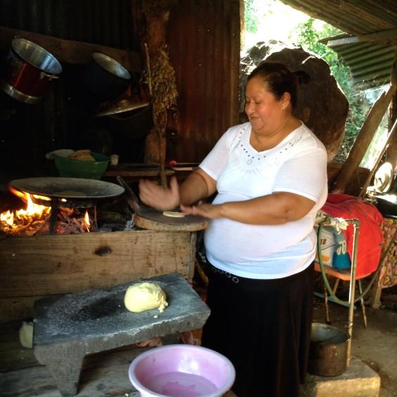 Au village de San Bartolo, on apprend à cuire les galettes au feu de bois.