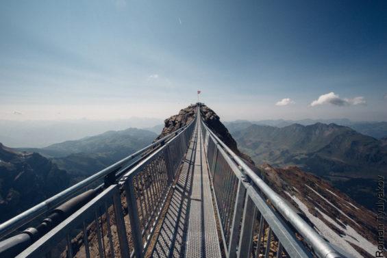 La passerelle entre deux sommets du Glacier 3000 (copyright :roman-tyulyakov)