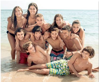 colonies de vacances - groupe d'enfants en bord de mer
