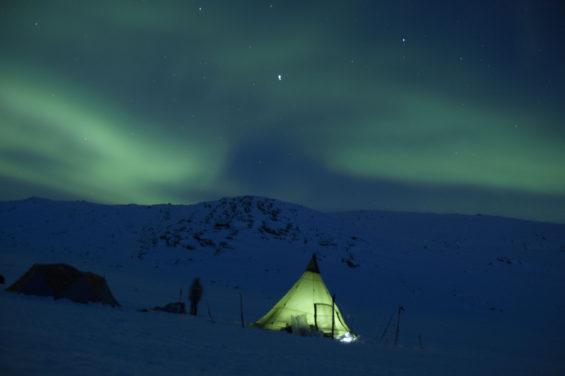 Aurore boréale au-dessus du campement au Groenland