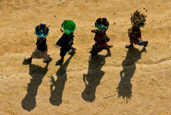 Femmes portant des seaux en pays dogon près de Bandiagara, Mali