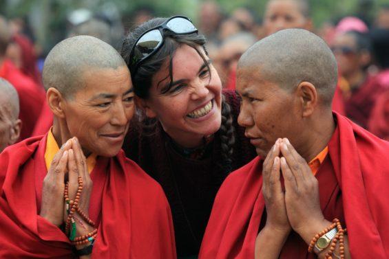 Caroline Riegel tout sourire avec les moines de l'Himalaya