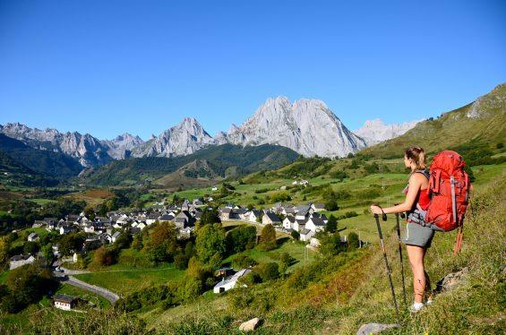 Vue plongeante sur Lescun dans la Vallée d'Aspe en Béarn