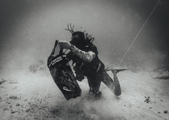plongeur ramassant les déchets