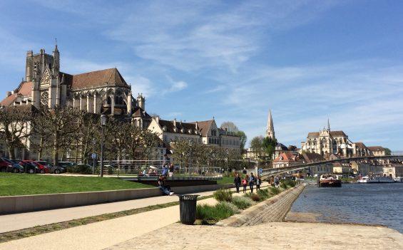 tourisme fluvial sur les quais de l'Yonne à Auxerre