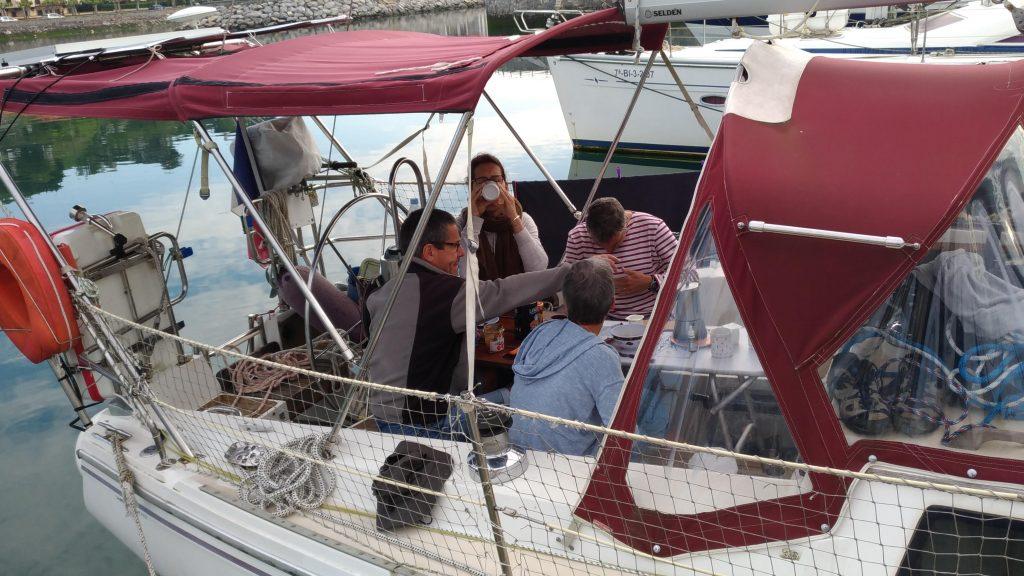 randonneurs attablés sur un voilier - les sentiers de la mer