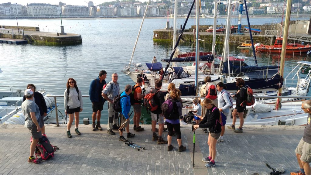 des randonneurs avant l'embarquement sur les voiliers