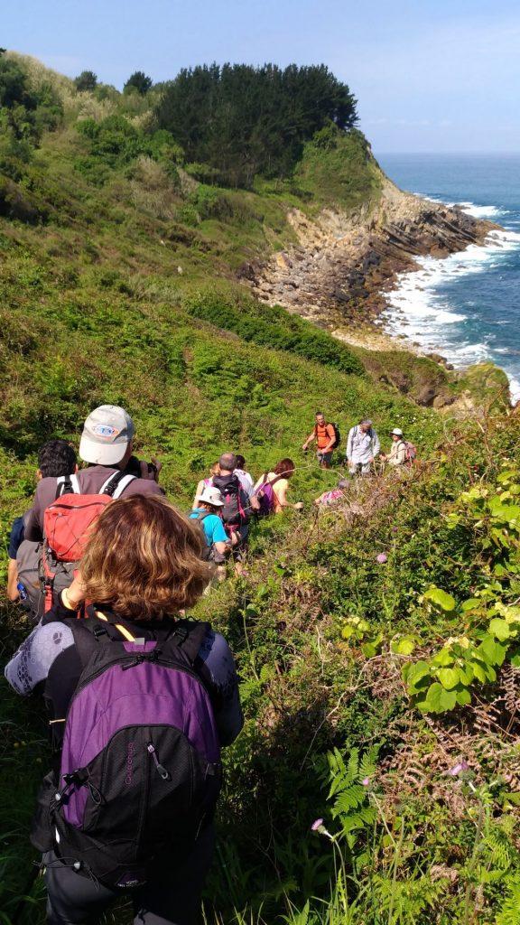 groupe de randonneurs le long du littoral