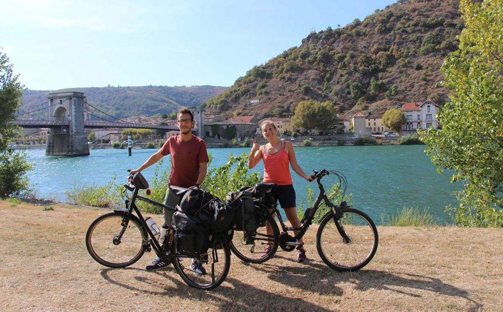 Pierre et Morgane en vélo le long de la Viarhona