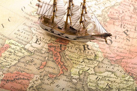 Bateau trois mâts et une carte de l'Europe