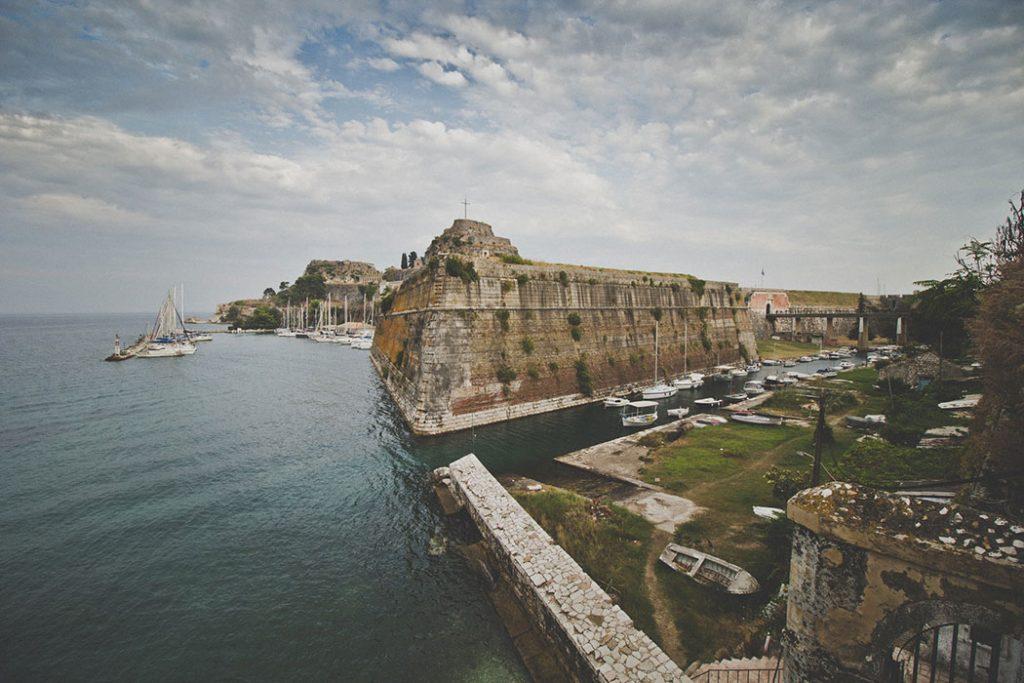 Vue sur le château d'Angelókastro et le port de Corfu