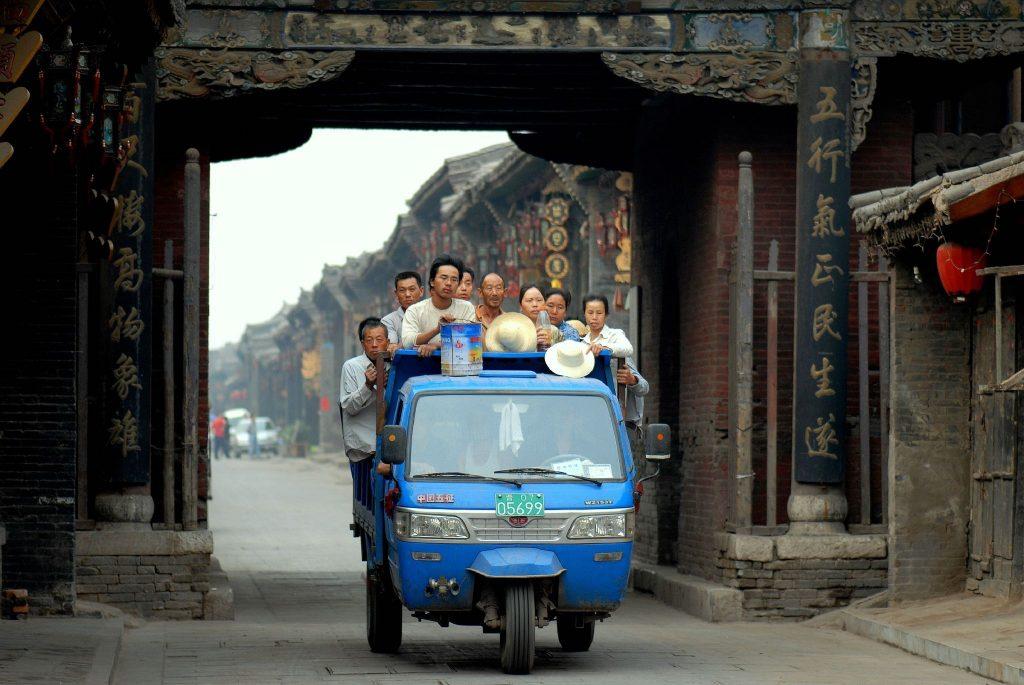 le covoiturage solidaire - Mini car dans pays asiatique débordant de passagers