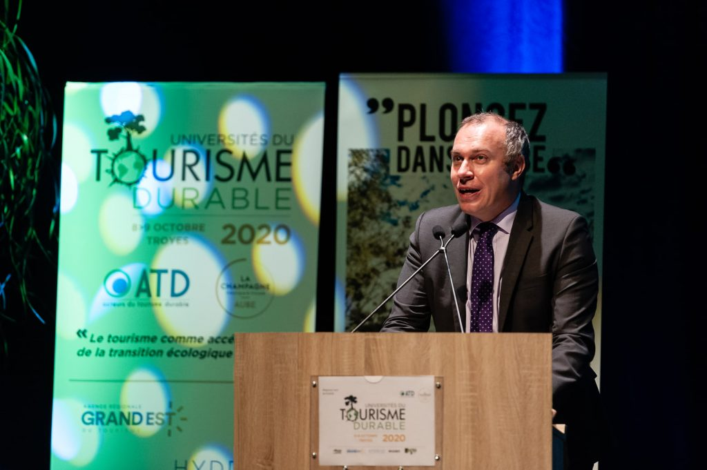 François Gemenne au pupitre de la matinale de la 6e édition des Universités du Tourisme Durable