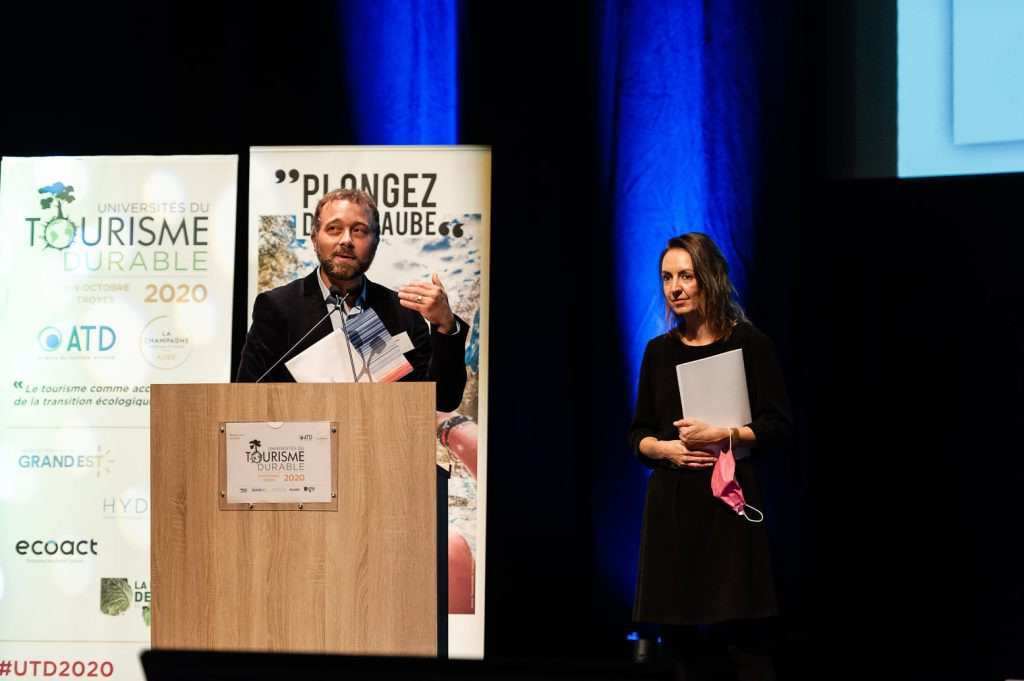 """Julien Buot (ATR) et Laurianne Ernest (Ecoact) présentant le livre blanc """"Tourisme & Changement climatique"""", destiné à accompagner les professionnels du tourisme dans leur transition bas-carbone"""