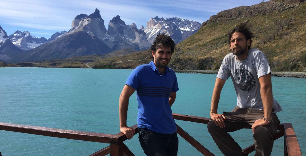 Martin Araneda et Carlos Briceño sur un ponton et des montagnes à l'horizon