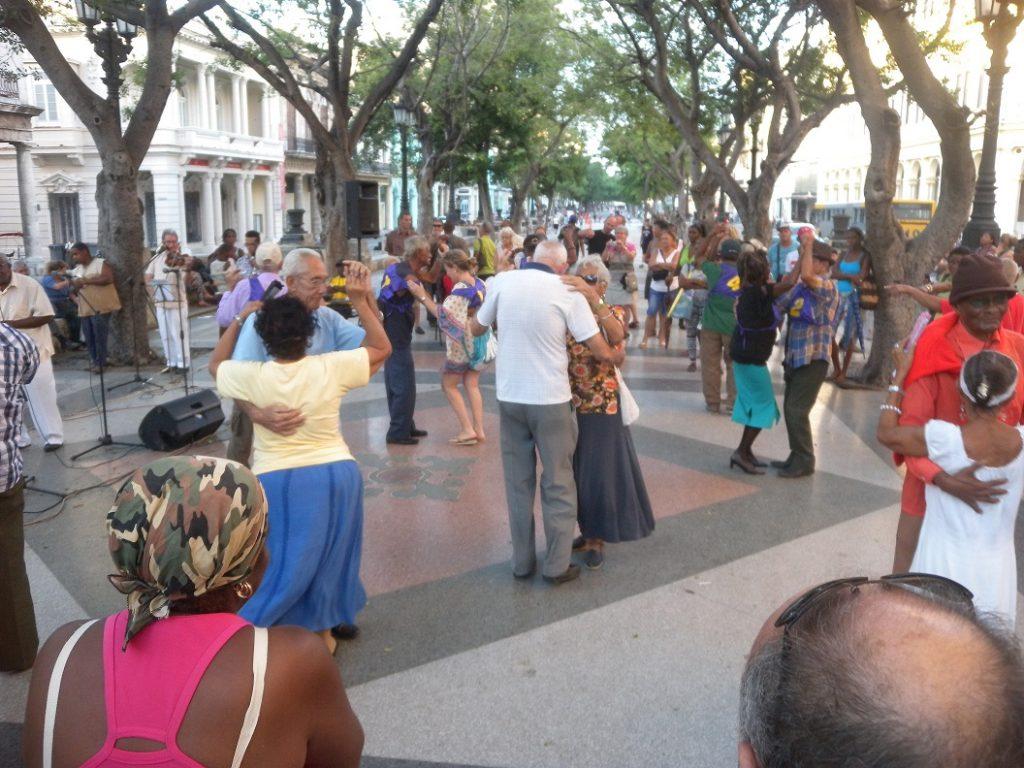 Place à la danse à Cuba lors d'une valse en pleine place publique