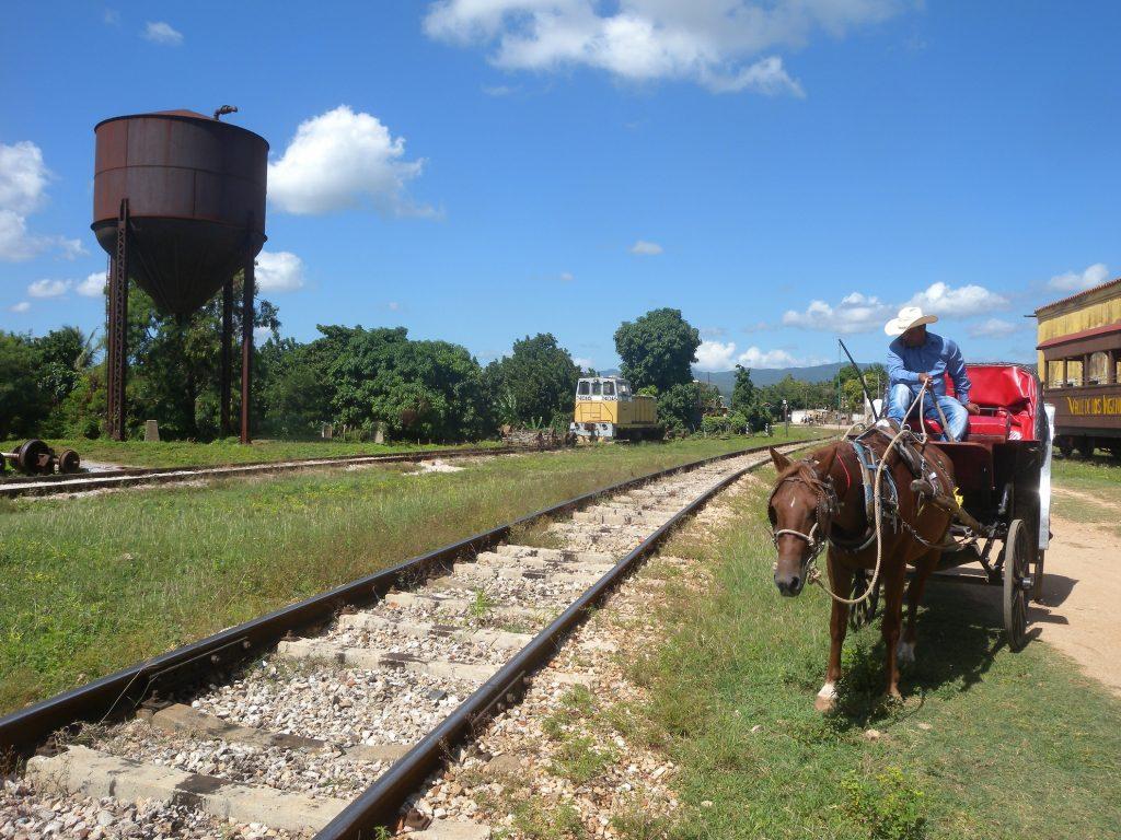 Sur la voie du socialisme (à Cuba). Une charrette tiré par un cheval le long d'une voie de chemin de fer