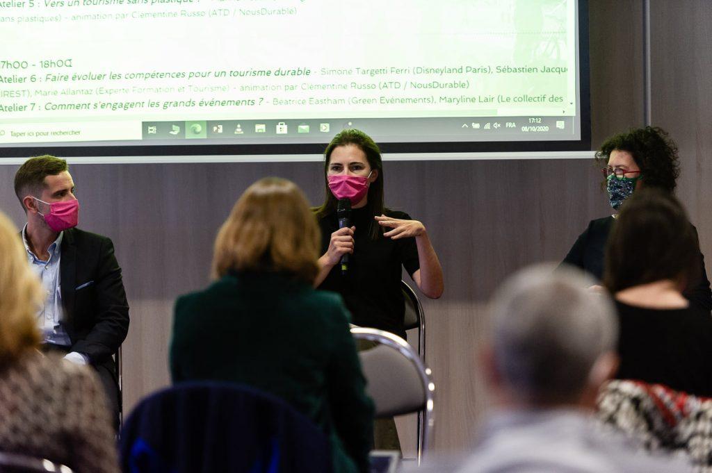Béatrice Eastham (Green Evénements) micro à la main pendant les Universités du tourisme durable 2020
