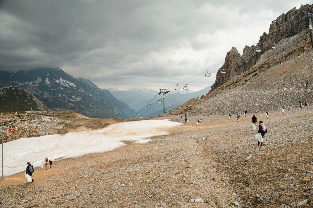 des dizaines de bénévoles arpentent la montagne pour ramasser les ordures