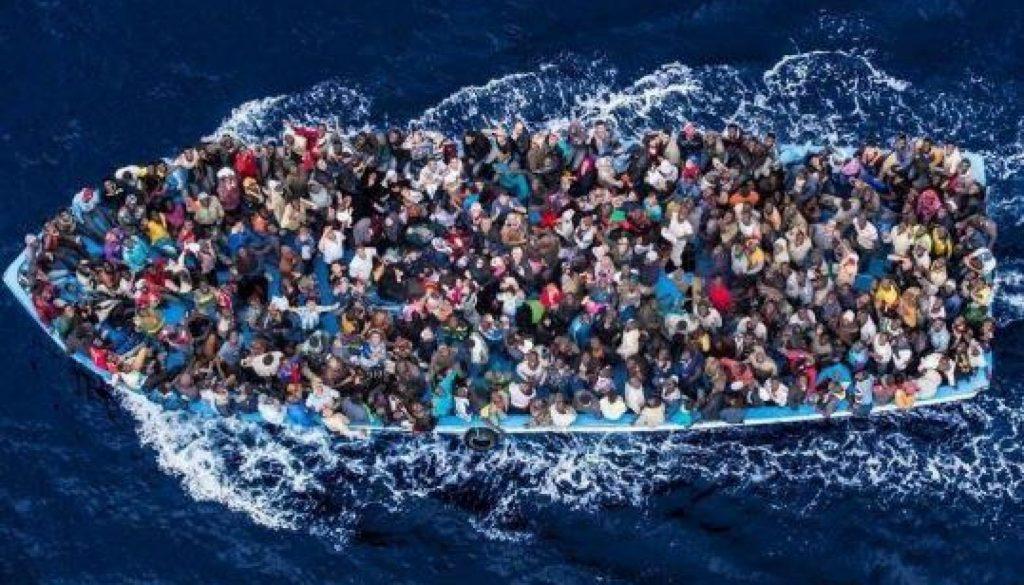 frêle embarcation dans laquelle se sont entassés des centaines de migrants