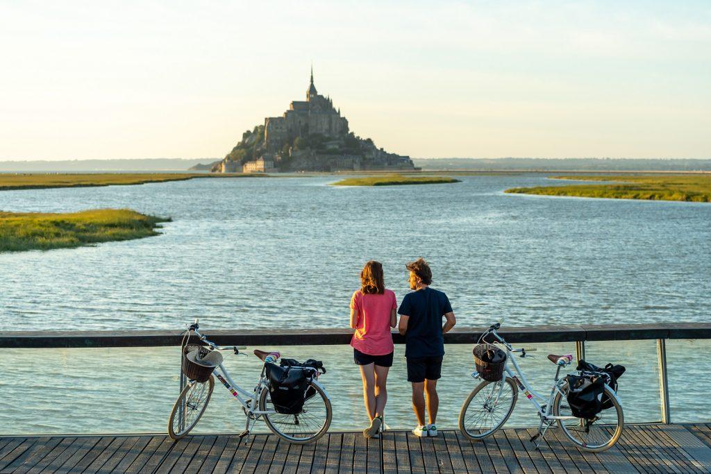 2 cyclistes sur le pont face au Mont Saint-Michel - La Manche
