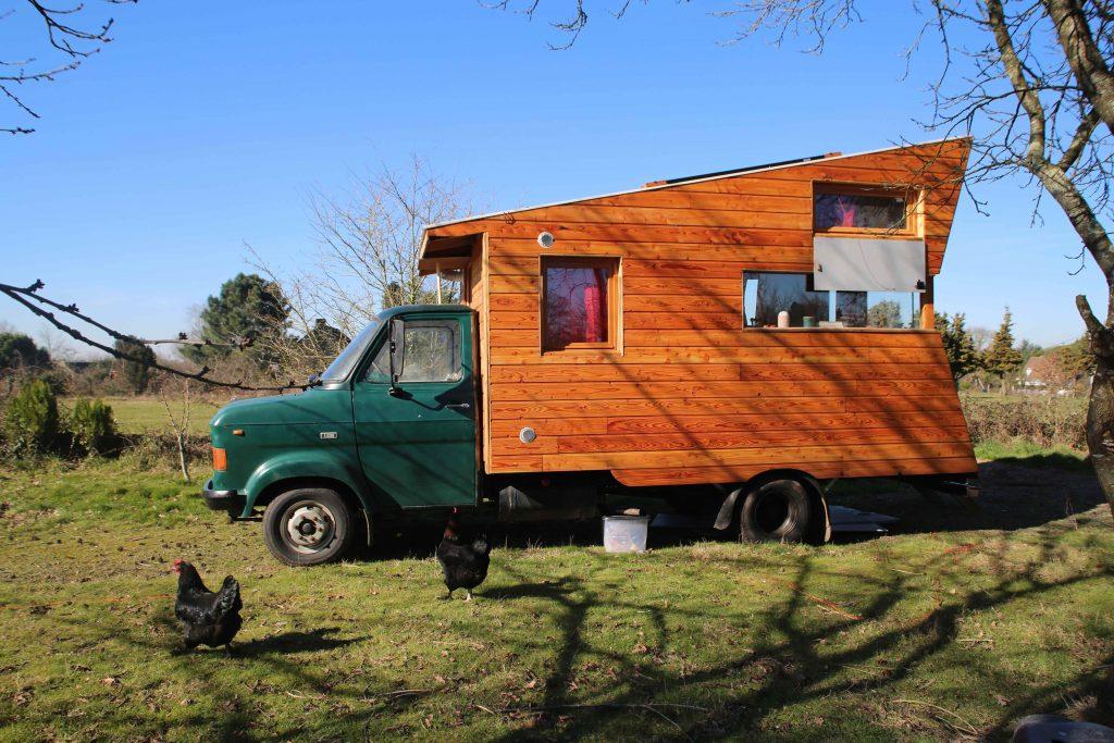Sébastien a construit lui-même sa tiny house qu'il a rattachée à un vieux camion Ford.