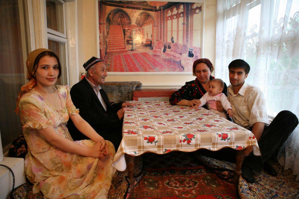 Ouzbeks à table chez eux dans leur appartement de Kokand