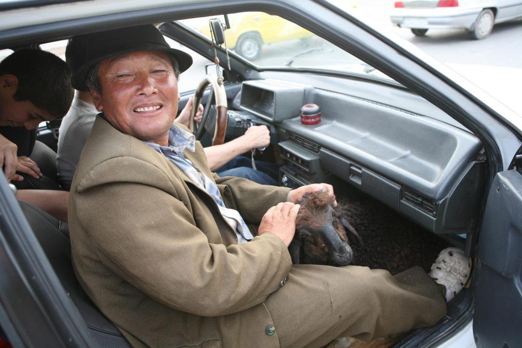 Pauline et Nick découvrent la culture locale en Ouzbekistan. Il est courant qu'on trimballe des chèvres dans les vieilles voitures soviétiques !