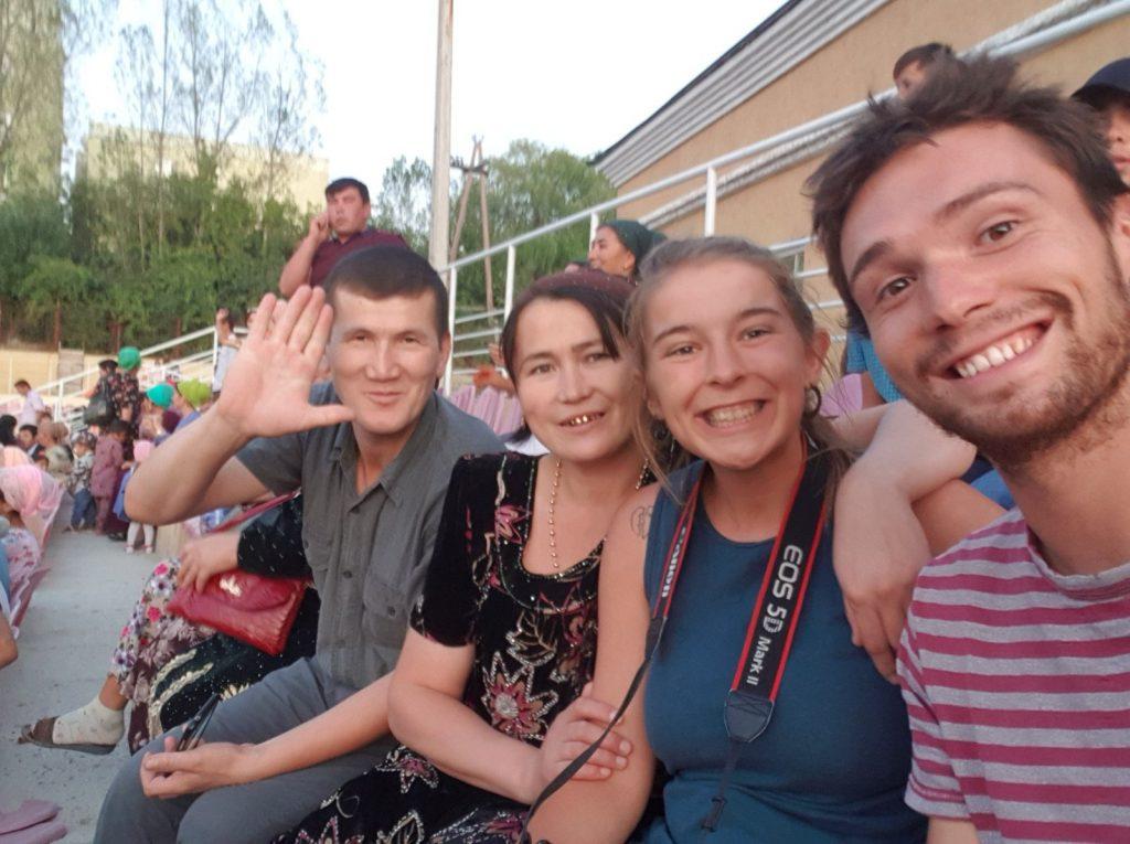 Pauline et Nick avec des amis kirghizes