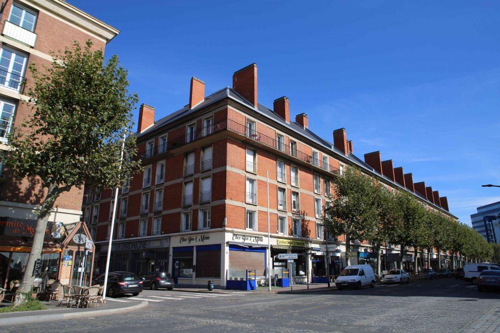 Le Quartier Saint-François avec ses briques rouges et ses toits en ardoises pentus se distingue du reste de la ville reconstruite