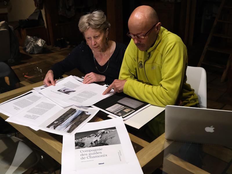 Une rédaction à quatre mains pour le livre 'Compagnie des Guides de Chamonix' : mère et fils travaillent ensemble à la confection de l'ouvrage.