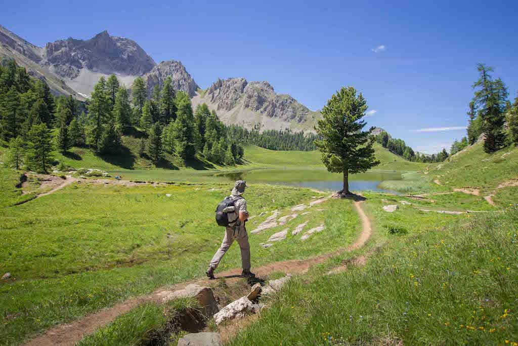 Un randonneur sur un sentier de randonnée en Provence-Alpes-Côte d'Azur