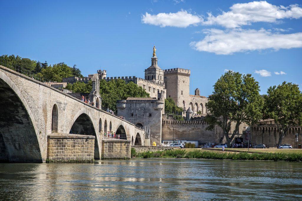 Sur le pont d'Avignon avec le palais d'Avignon en arrière fond