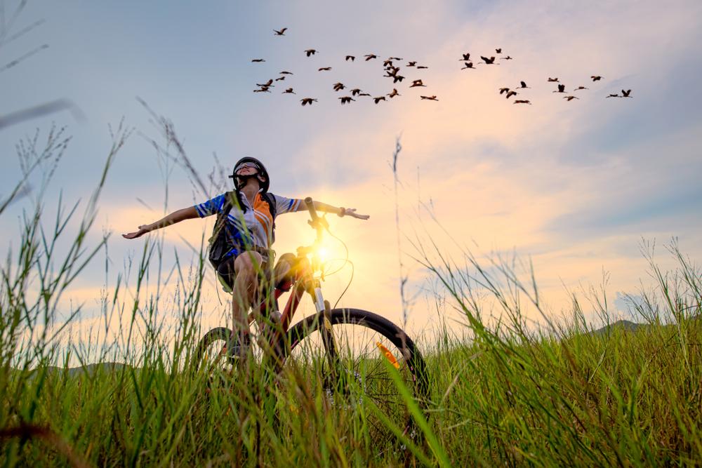 Jeune femme et oiseaux en vélo